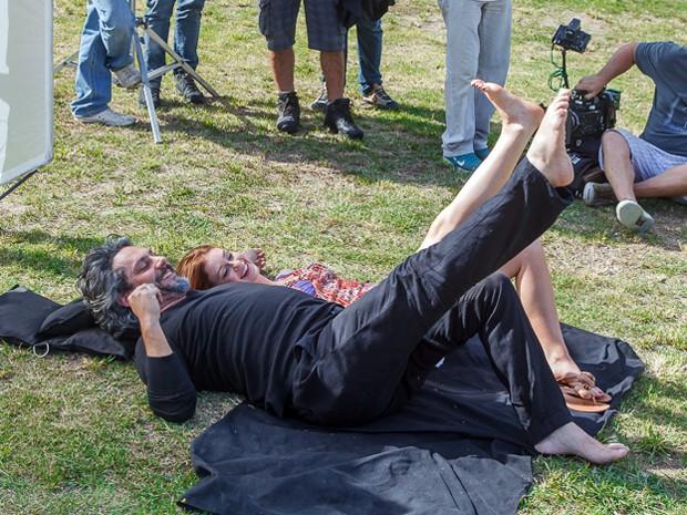 Os atores brincam no intervalo da gravação (Foto: Artur Meninea/Gshow)