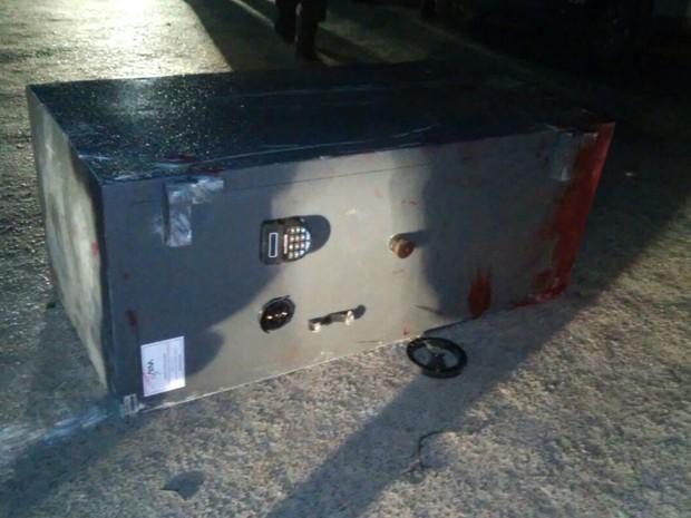 Cofre roubado pela quadrilha caiu e foi abandonado na estrada (Foto: J. Júnior/G1)