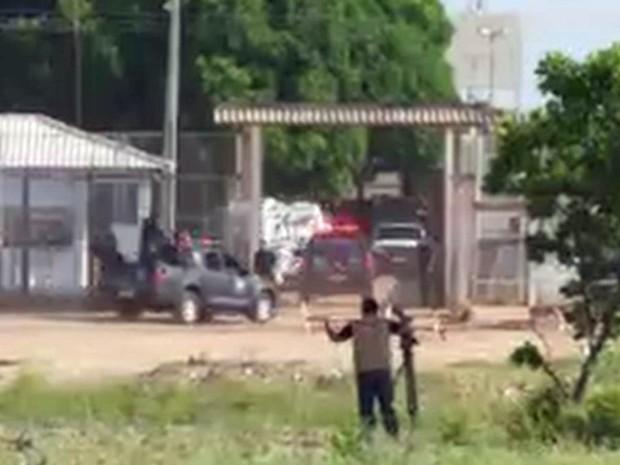 Movimentação na entrada da Penitenciária Agrícola de Monte Cristo, a maior de Roraima, após a morte de dezenas de presos (Foto: Reprodução/GloboNews)