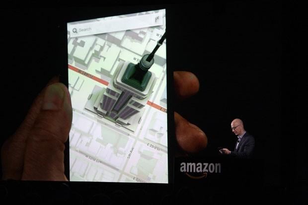 Jeff Bezos demonstra recursos de imagens 3D sem óculos do Fire Phone (Foto: Reuters)