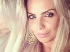 Veridiana Freitas faz charme em foto e seguidor comenta: 'Uma boneca'