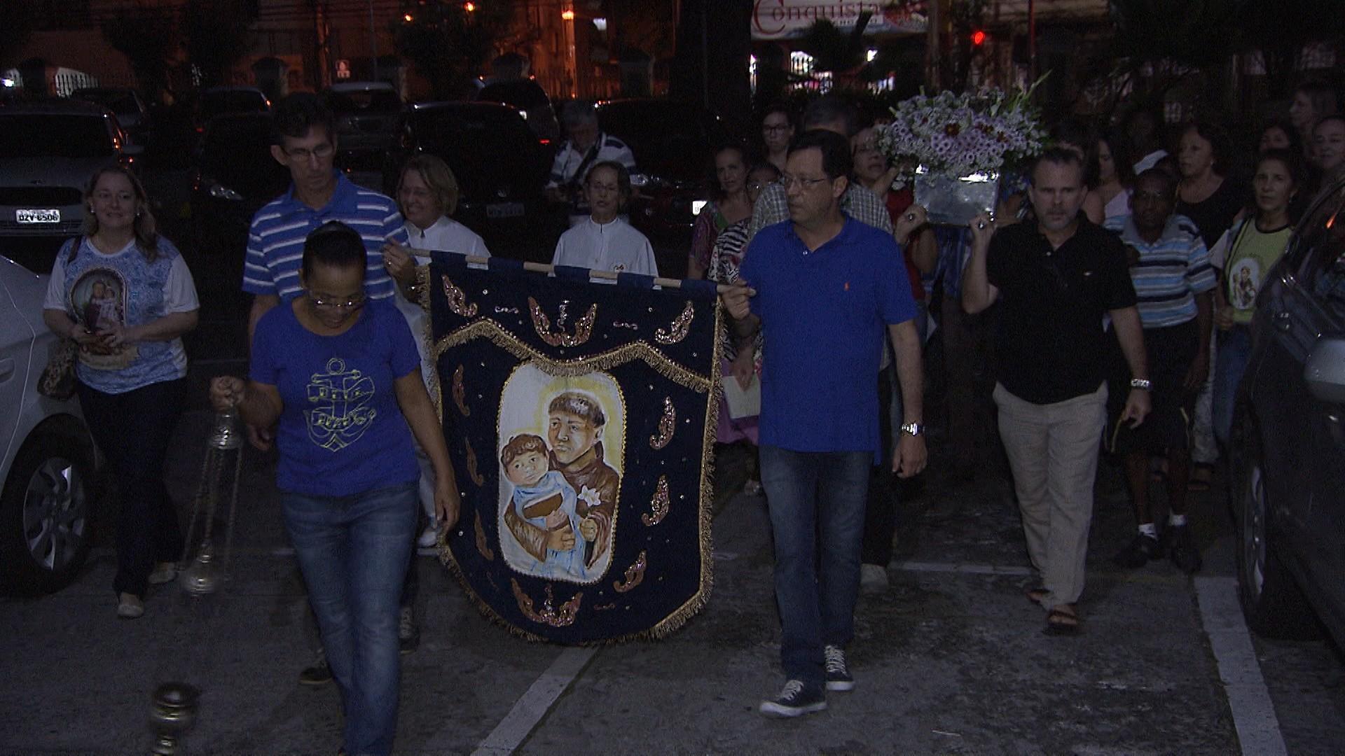 Após reza, os devotos seguem em procissão pelas ruas do Garcia (Foto: Divulgação)