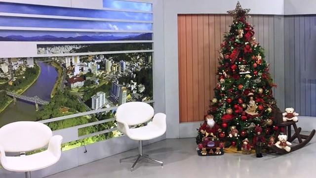 Estúdio da RBS TV de Blumenau está no clima de Natal (Foto: RBS TV/Divulgação)