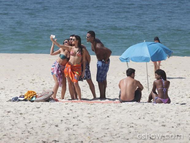Marquezine e fãs na praia  (Foto: Pedro Curi / TV Globo)