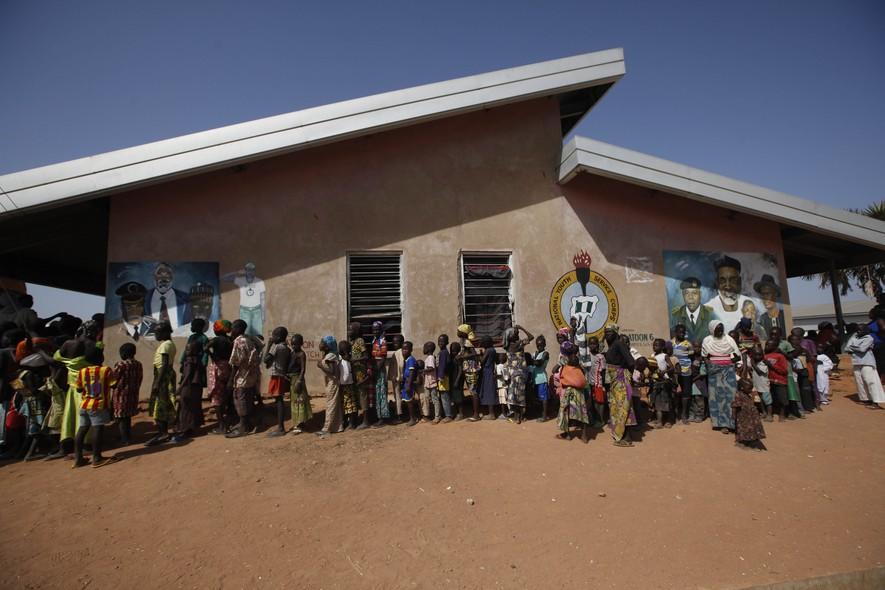 Crianças formam fila para entrar em campo de refugiados em Yolo, Nigéria. Elas fugiram, junto com suas famílias, após ataque do Boko Haram