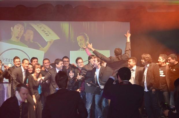 Publicitários de Sorocaba comemoram o prêmio pela campanha 'Vestibular Uniso Barbixas 2012'  (Foto: Fabiana de Paula / Globo.com)