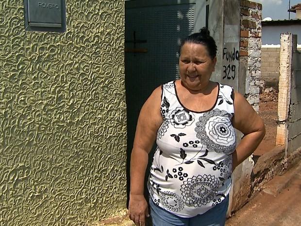 Carmen Lúcia diz que se mudou para outro bairro por causa das enchentes (Foto: Reprodução/EPTV)