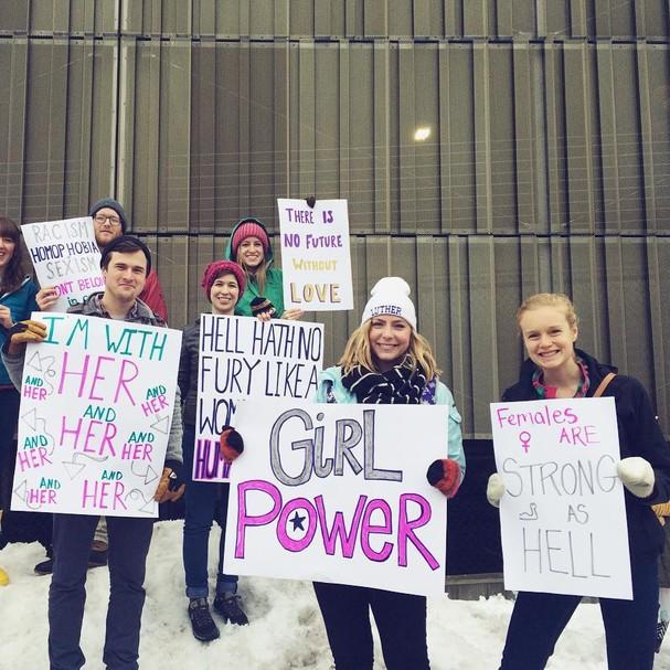 Estou com elas, Poder feminino, Mulheres são muito fortes, dizem alguns dos cartazes  (Foto: Reprodução/ Instagram)