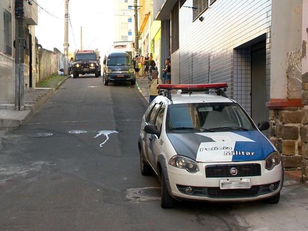 Homem mata mulher a facadas em rua do Centro de Vitória (Foto: Reprodução/ TV Gazeta)