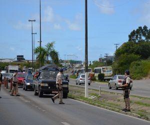 Policais fazem pente fino nos carros que deixam a capital sergipana (Foto: Marina Fontenele/G1 SE)