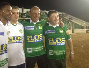 O ex-jogador Dadá Maravilha vestiu a camisa do Gurupi no jogo contra o Salgueiro (Foto: Vilma Nascimento/GLOBOESPORTE.COM)