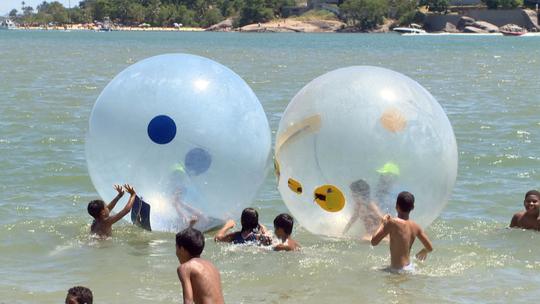'Bolha aquática' vira sensação na Curva da Jurema