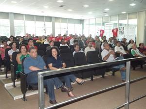 No plenário funcionários aguardavam por uma decisão dos representantes do Ministério Público.  (Foto: Patrícia Belo/G1)