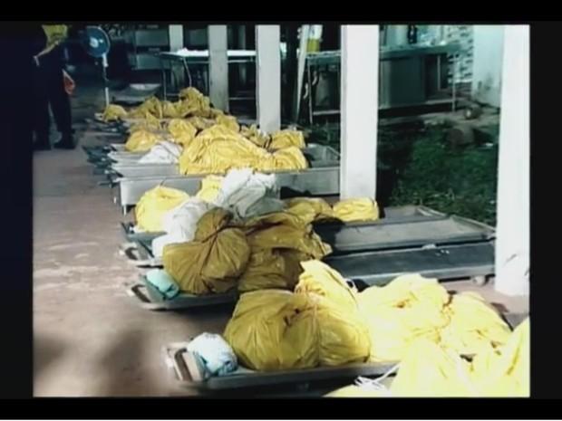 Corpos das vítiimas foram colocados em sacos diferentes (Foto: Rede Amazônica/ Reprodução)