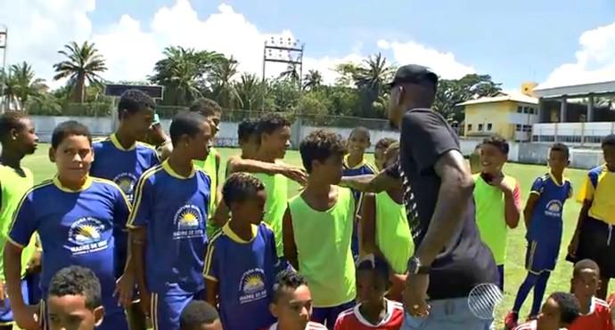 Anderson Talisca, ex-Bahia, visita projeto social em Madre de Deus, no interior da Bahia (Foto: Reprodução)