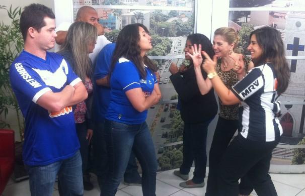 Duelo de torcida entre os colaboradores da Inter TV MG (Foto: Diego Souza/G1 Vales)