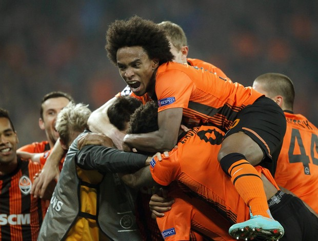 Willian comemora gol do Shakhtar (Foto: EFE)