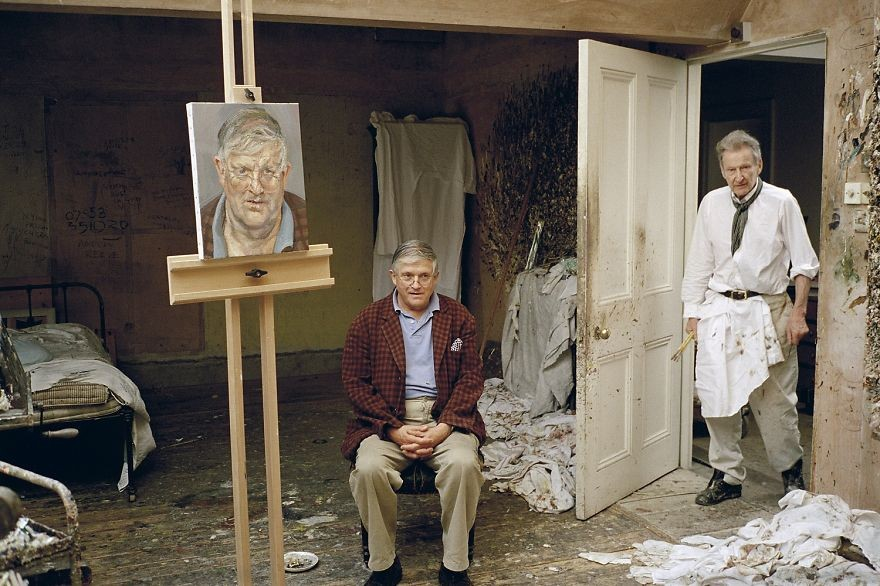 Lucian Freud, em seu estúdio, pintando o também pintor David Hockney. (Foto: Reprodução)