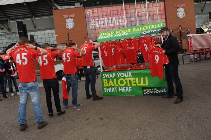 Troca de Camisa balotelli Liverpool (Foto: Reprodução / Twitter)