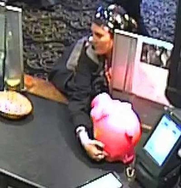 Mulher foi flagrada roubando cofre de porquinho rosa na Austrália (Foto: Reprodução/Victoria Police)