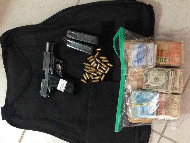 Armas e dinheiro apreendido na operação da Polícia Federal (Foto: Polícia Federal/Divulgação)