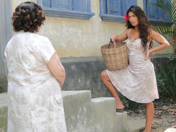 Gabriela deixa dona Arminda perplexa ao sentir pena de Dorotéia (Foto: Gabriela / TV Globo)