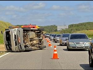 Van tombada acidente rj-124 (Foto: Reprodução intertv)