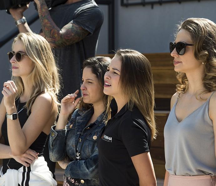 Laryssa Ayres e Amanda de Gogoi com novo elenco (Foto: TV Globo)