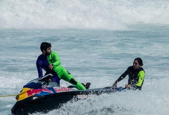 Mesmo machucado e fazendo fisioterapia, Pedro Scooby treinou e conduziou os surfistas para ondas grandes em São Conrado (Foto: Anderson Guerreiro)