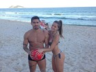 Yuri e a namorada mostram corpão na praia