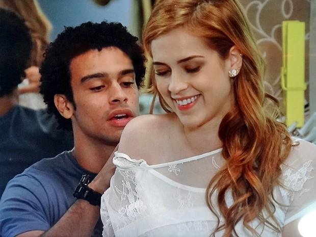 Gaby fica feliz com gesto carinhoso de Emerson (Foto: Gshow)