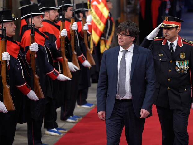 O separatista Carles Puigdemont chea ao Palácio da presidência da Catalunha nesta terça-feira (12) em Barcelona, para posse como presidente da região (Foto: LLUIS GENE / AFP)