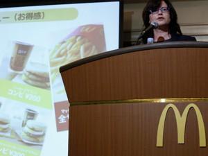 Chefe-executiva da empresa no Japão, Sarah Casanova, durante coletiva, nesta terça-feira (Foto: Reuters)