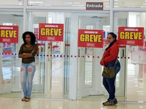 Agências bancárias amanheceram com cartazes informando a greve da categoria na Avenida Francisco Glicério, centro de Campinas (SP) (Foto: Eduardo Carmim/Brazil Photo Press/Estadão Conteúdo)