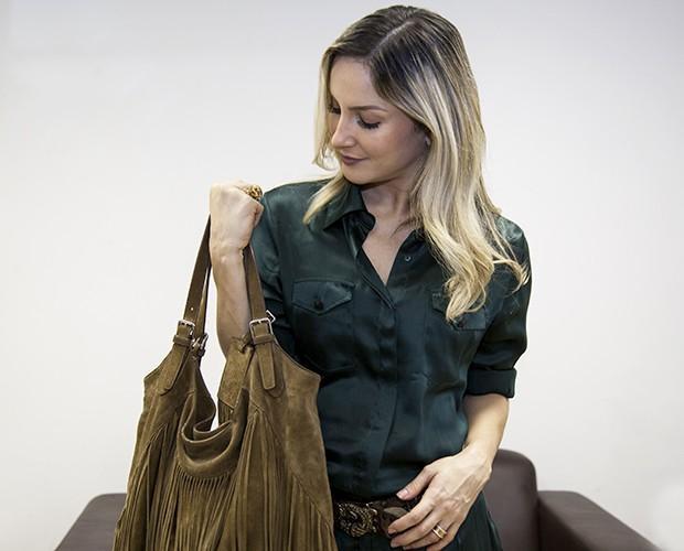 Claudia Leitte mostra o que é indispensável em sua bolsa (Foto: Fabiano Battaglin/TV Globo)