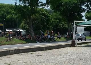 Torcedores aguardam chegada do Gepe às margens da Via Dutra (Foto: Adison Ramos/TV Rio Sul)