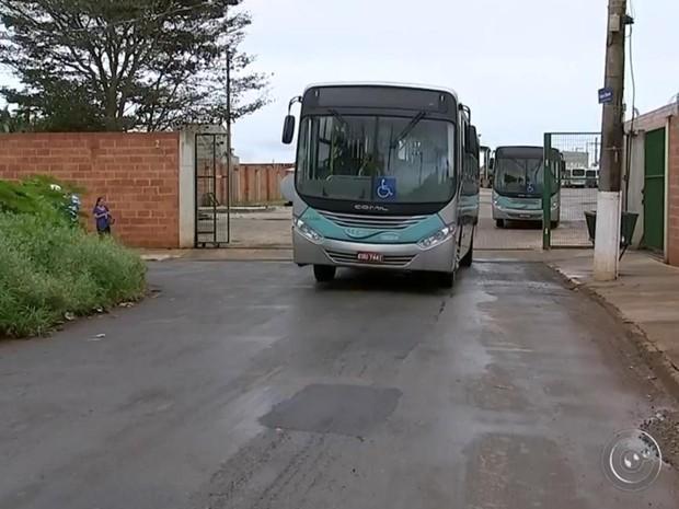 Após horas de paralisação, ônibus voltaram a circular (Foto: Reprodução/ TV TEM)