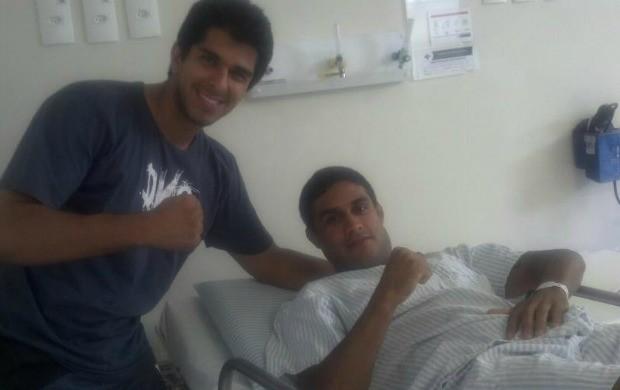 Daniel Mendes (esq), treinador de muay thai, e o lutador de MMA Fábio Denfendenti, que sofreu AVC (Foto: Reprodução/Facebook)
