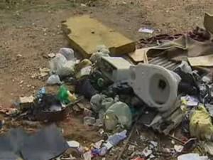 Lixo descartado irregularmente em São José dos Campos (Foto: Reprodução/ TV Vanguarda)