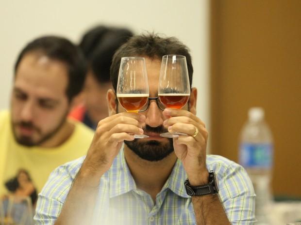 Candidato analisa coloração de amostra de cerveja durante teste às cegas (Foto: Glauco Araújo/G1)