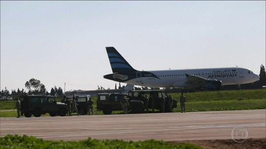 Avião comercial sequestrado na Líbia pousa em Malta