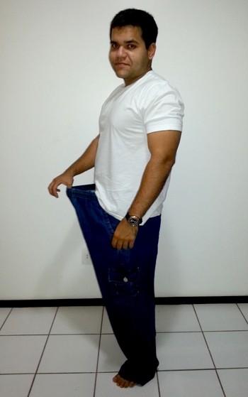 Giovanni de Carvalho mostra quantos quilos perdeu (Foto: Arquivo pessoal)
