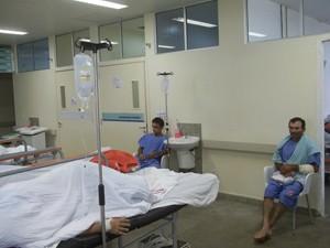 Pacientes ficam em cadeiras porque não há mais leitos (Foto: Rafael Melo/G1)