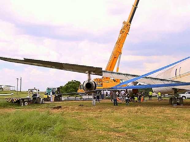 Aeroporto de Viracopos testa aparelho usado para retirar aeronaves quebradas da pista em Campinas (SP) (Foto: Reprodução EPTV)