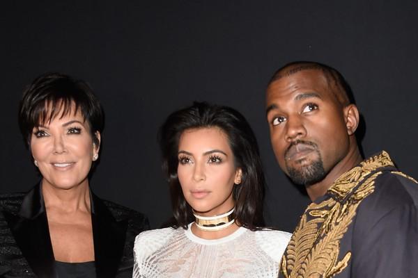 Kris Jenner, a filha Kim Kardashian e o genro Kanye West (Foto: Getty Images)