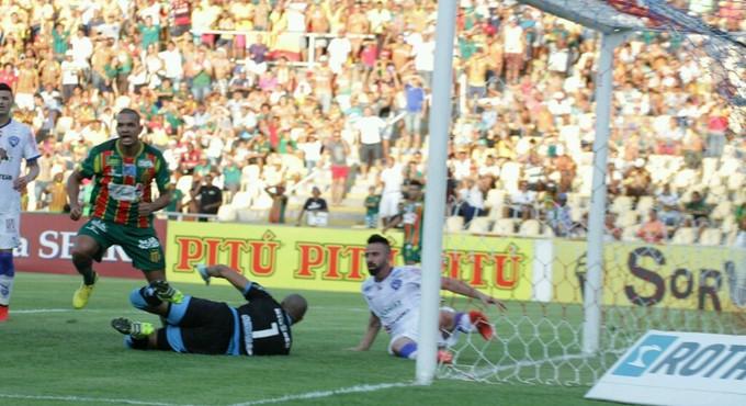 Lance do gol de Jheimy do Sampaio contra o Paysandu (Foto: Biaman Prado / O Estado)