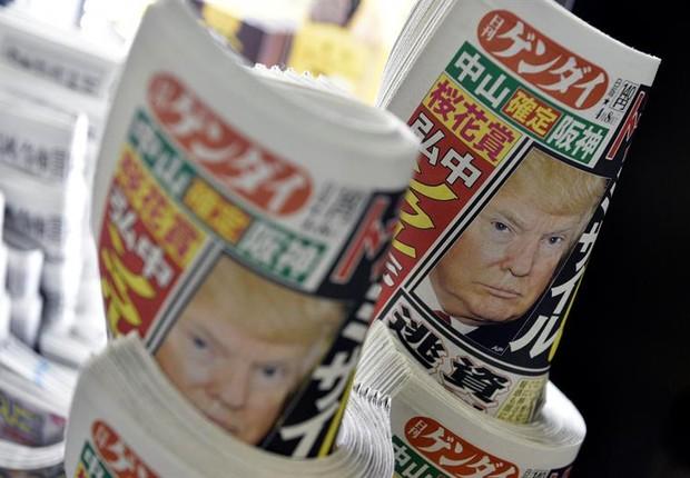 Jornais japoneses trazem cobertura do ataque do governo americano à Síria (Foto: Franck Robichon/EFE)