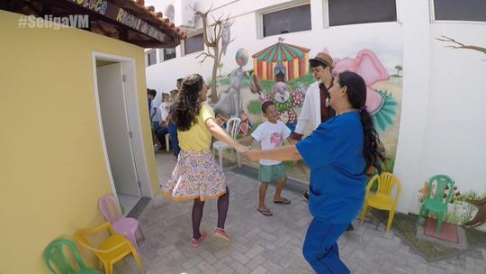 Waldonys, Igor Guerra e Nathan Loketa visitam hospital infantil e fazem a festa com crianças