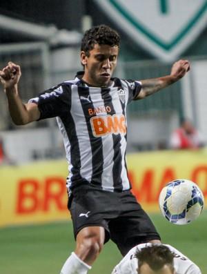 Lateral Marcos Rocha, do Atlético-MG, disputa bola em jogo contra o Santos no Independência (Foto: Bruno Cantini)