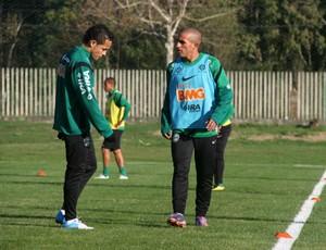 Gil e Rafinha conversam no treino do Coritiba (Foto: Gabriel Hamilko / GloboEsporte.com)